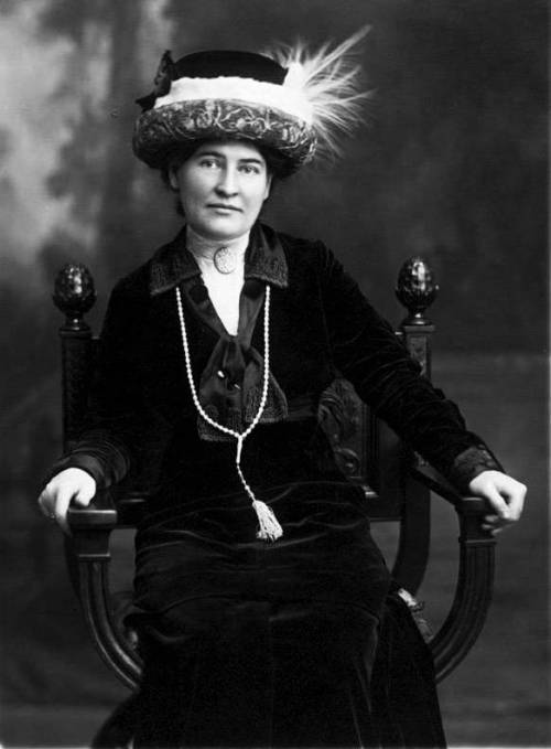 Willa_Cather_ca._1912_wearing_necklace_from_Sarah_Orne_Jewett
